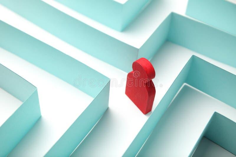 A figura da pessoa está procurando uma maneira fora do labirinto, uma solução ao problema fotografia de stock