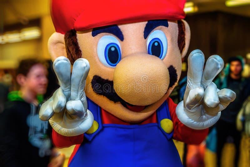 Figura de acción de los bros de Mario traje en el festival cosplay fotos de archivo