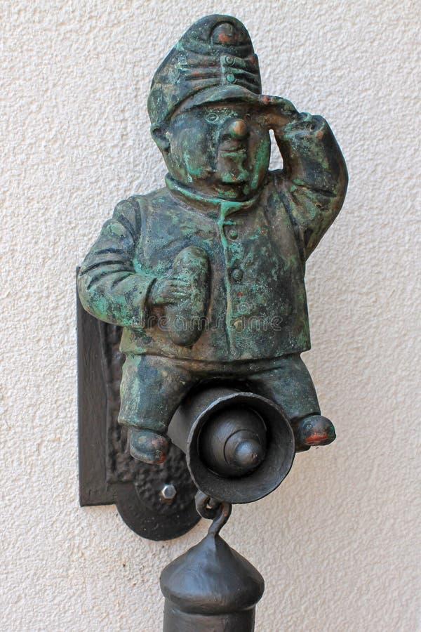 Figura de bronce de un café valiente de la pared de Schweik EV del soldado en la República Checa en la patria del escritor Yarosl imagen de archivo libre de regalías