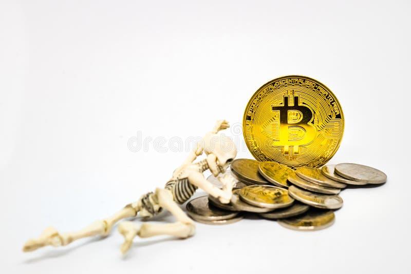 Figura de esqueleto com bitcoin dourado imagem de stock royalty free