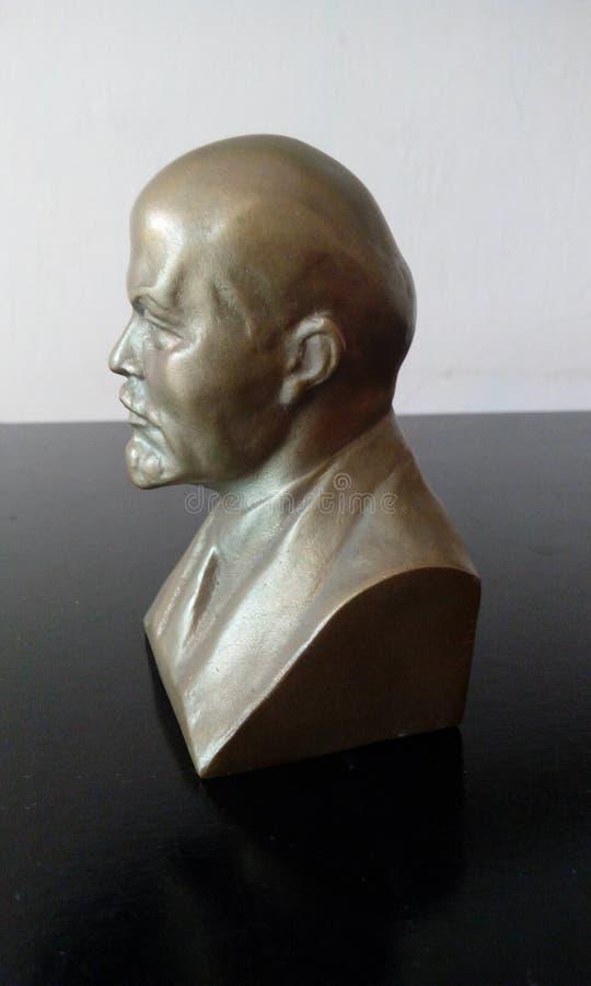 Figura de Lenin en fondo blanco y negro imagen de archivo