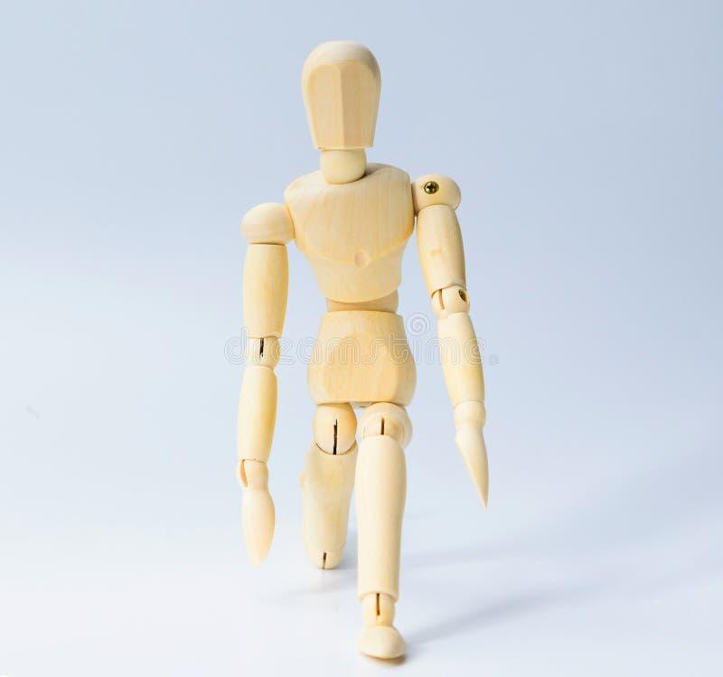 A figura de madeira boneca com prepara-se para começar a emoção para o conceito do negócio do sucesso no fundo branco fotos de stock royalty free