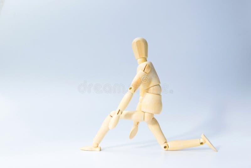 A figura de madeira boneca com prepara-se para correr a emoção para começa acima o busi imagem de stock
