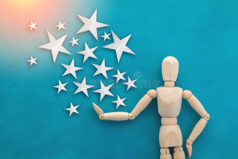 Figura de madeira do homem com corte do papel da estrela ilustração stock