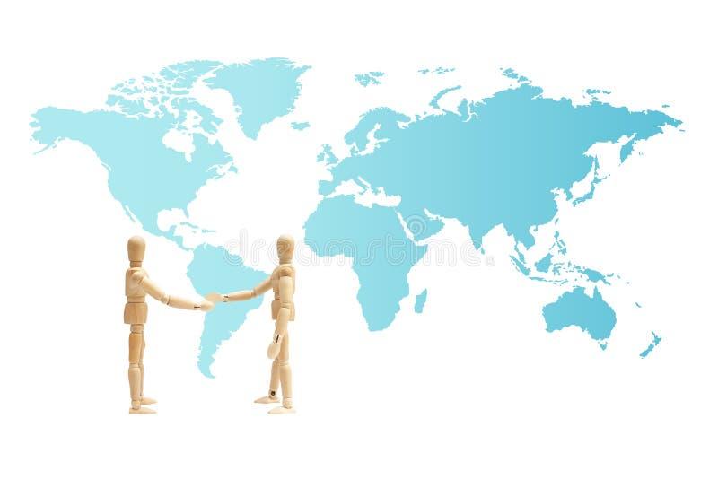 Figura de madeira posi??o do manequim e para dar uma m?o com o mapa do mundo no fundo fotografia de stock royalty free