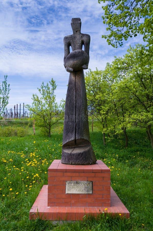 Figura de madeira velha em Bukovany, Moravia do sul, república checa fotos de stock