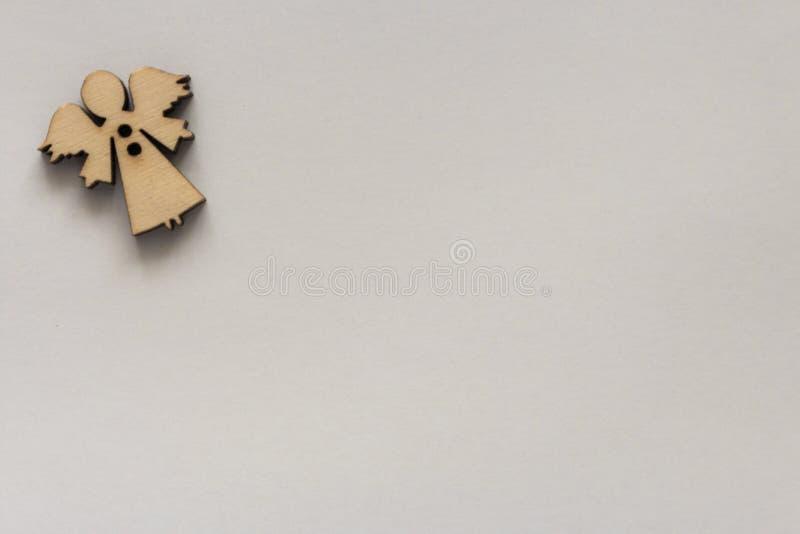 Figura de madera del ángel del pequeño vintage en esquina del Libro Blanco con el espacio de la copia Diseño de la tarjeta de fel imagenes de archivo