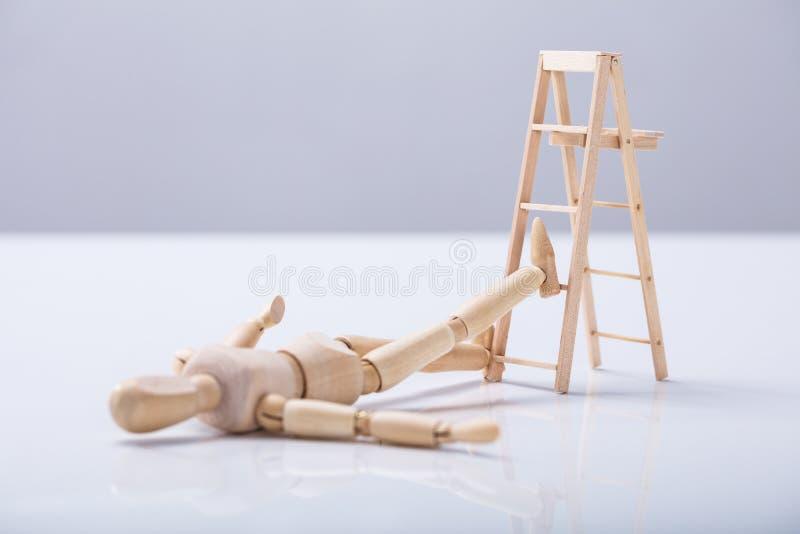 Figura de madera que miente en piso imágenes de archivo libres de regalías