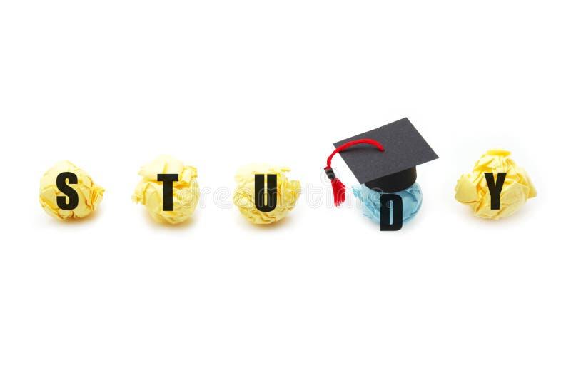 Figura de papel de la bola con el casquillo de la graduación Concepto de la educación, del aprendizaje y del estudio fotos de archivo