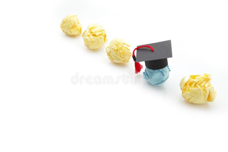 Figura de papel de la bola con el casquillo de la graduaci?n Concepto de la educaci?n, del aprendizaje y del estudio fotos de archivo libres de regalías