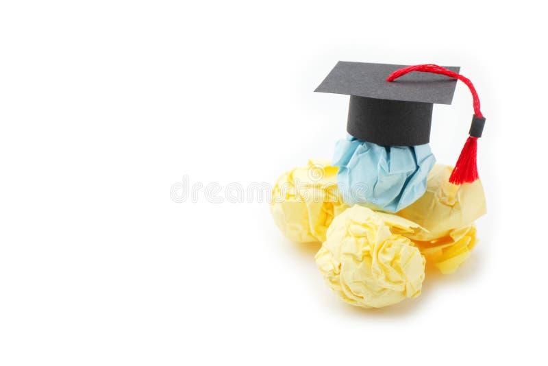 Figura de papel de la bola con el casquillo de la graduaci?n Concepto de la educaci?n, del aprendizaje y del estudio fotografía de archivo