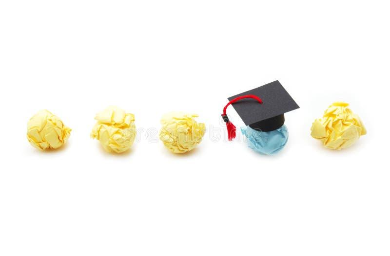 Figura de papel de la bola con el casquillo de la graduaci?n Concepto de la educaci?n, del aprendizaje y del estudio fotos de archivo