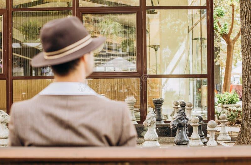 Figura de pensamiento del sombrero del traje del vintage del jugador de ajedrez foto de archivo