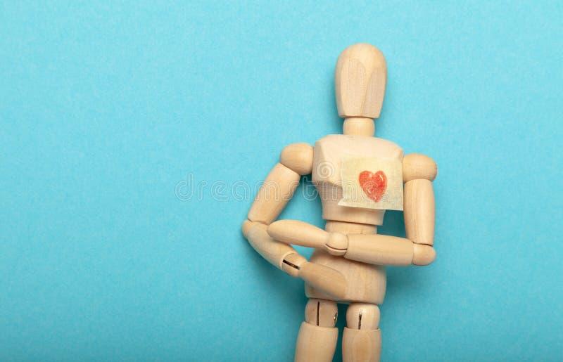 Figura de personas con corazón rojo Donante de sangre Donación médica y transfusión de sangre fotografía de archivo