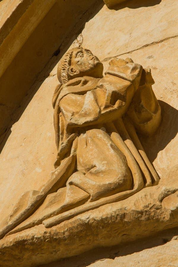 Figura de piedra de un monje. Monasterio de Sandoval. León. España fotografía de archivo libre de regalías
