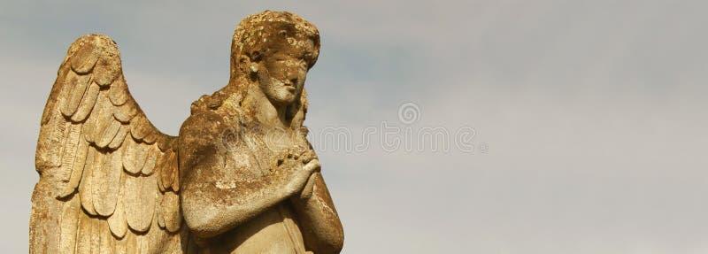 Figura de um anjo praying fotos de stock royalty free