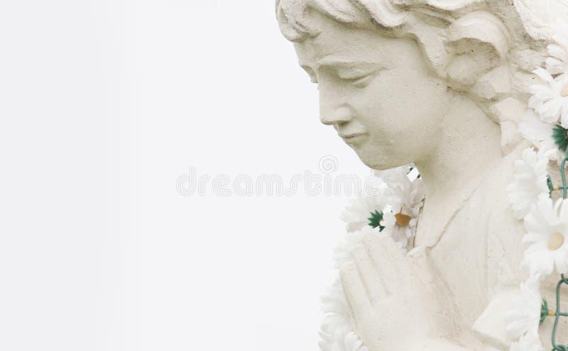 Figura de um anjo praying fotos de stock