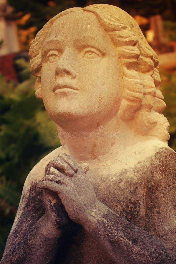 Figura de um anjo praying imagem de stock