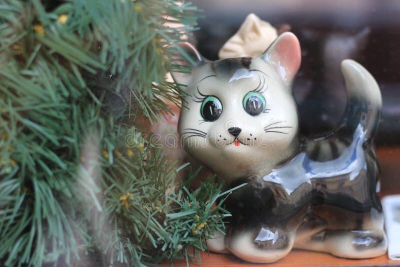 Figura de um gato na janela Um presente para alguma ocasi?o fotografia de stock