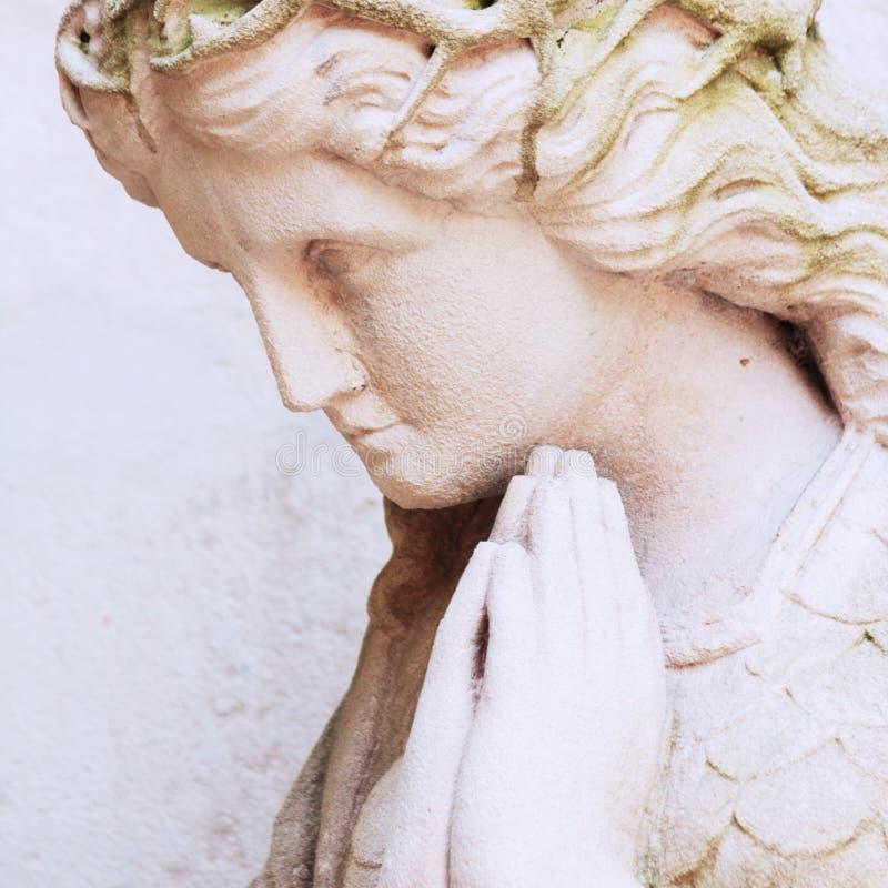 Figura de uma religião rezando do anjo, fé, pecado, conce do salvação fotos de stock royalty free