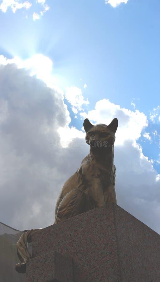 figura de un gato en Tyumen, Rusia imagenes de archivo