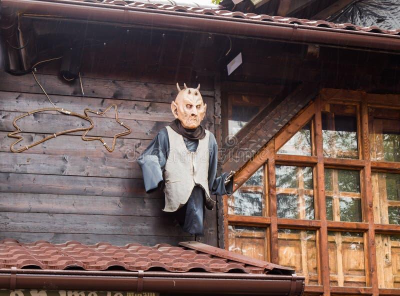Figura decorativa del vampiro atada a la pared cerca de la entrada al castillo del salvado en ciudad del salvado en Rumania fotos de archivo libres de regalías