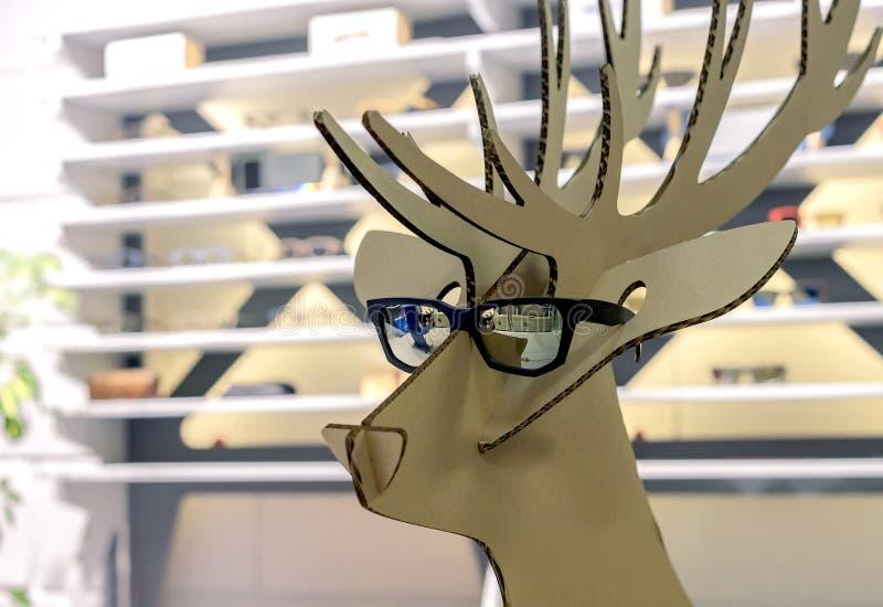 Figura del cartone di un cervo in occhiali da sole neri immagini stock libere da diritti