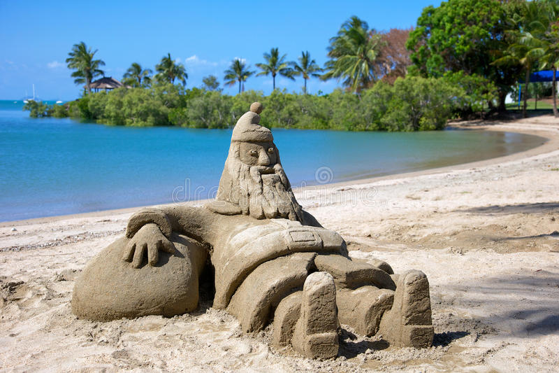 Figura del castillo de arena de Papá Noel en la playa fotos de archivo libres de regalías