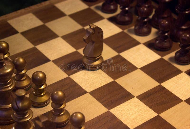 Figura del cavaliere in mezzo alla scacchiera, concetto di lidership fotografia stock