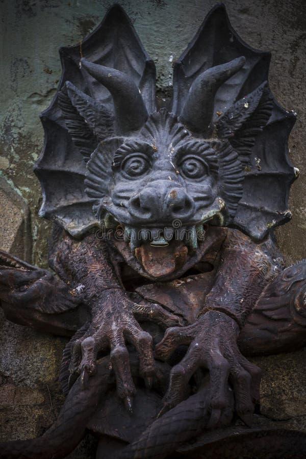 figura del diavolo, scultura bronzea con i doccioni demonici e monste fotografia stock