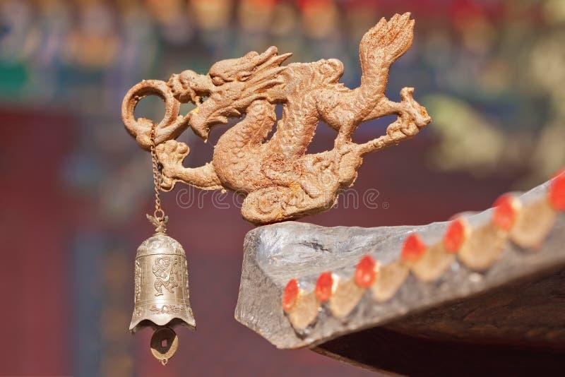 Figura del dragón con la campana como decoración del templo del Taoist, Pekín, China fotos de archivo