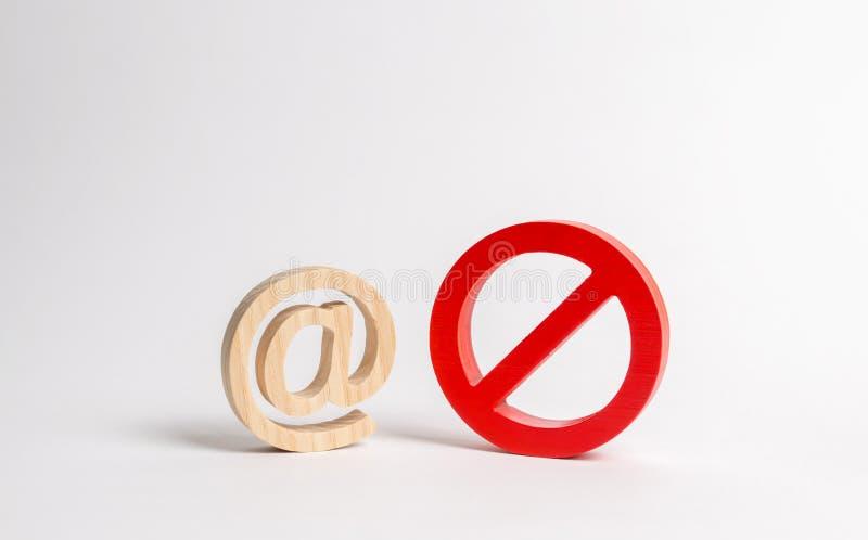 Figura del email o di Internet e un simbolo della proibizione o della restrizione blocco dell'accesso al World Wide Web, auto-iso fotografie stock