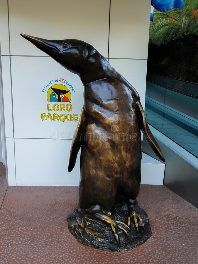 Figura del pingüino hecha de latón Esta figura está situada en la entrada al área del pingüino de Loro Parque fotos de archivo libres de regalías