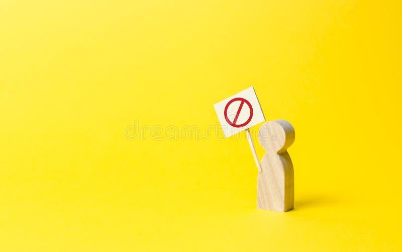 figura della persona con un segno con il simbolo NO su un fondo giallo Malcontento sociale e tensione, protesta e disaccordo soci fotografia stock libera da diritti