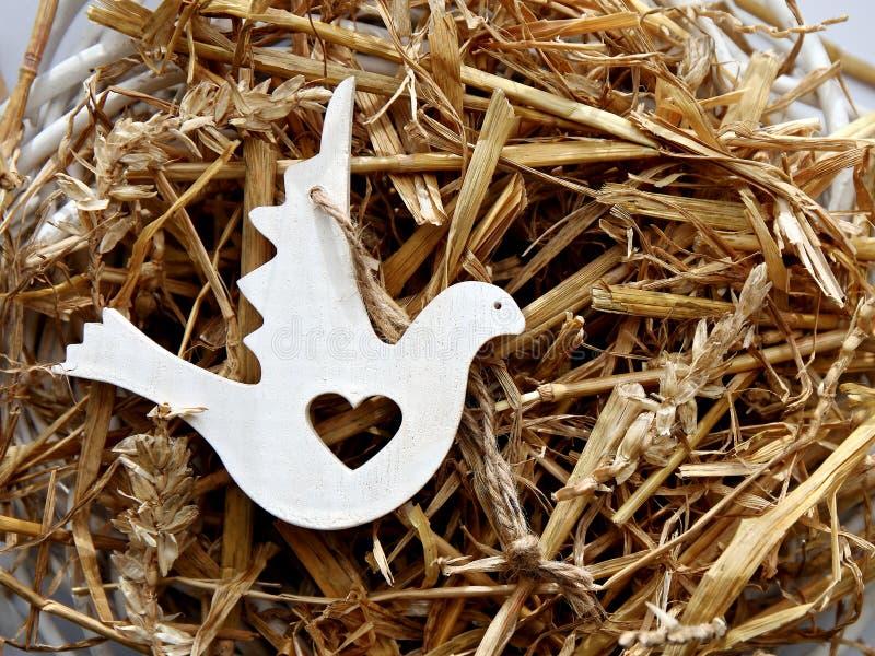 Figura di legno della colomba su un nido fotografia stock libera da diritti