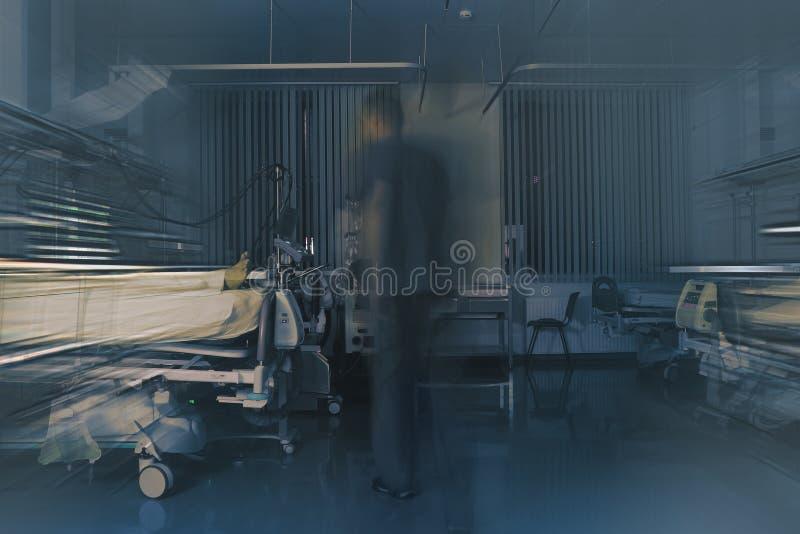 Figura di medico vaga nel moto sul turno di notte in Th immagine stock
