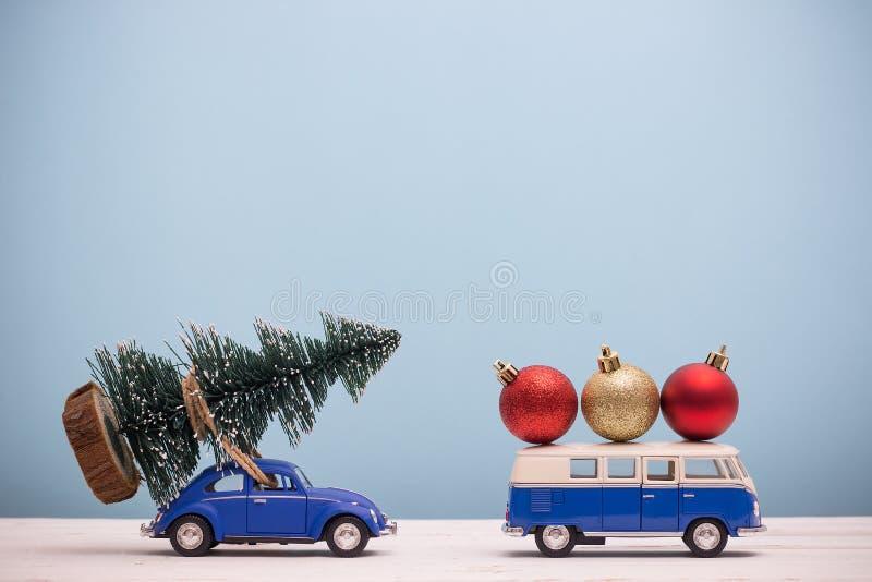 Figura diminuta árvore de Natal do arrasto do carro do brinquedo foto de stock royalty free