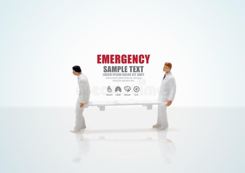 Figura diminuta emergência da enfermeira masculina da saúde do conceito fotos de stock royalty free