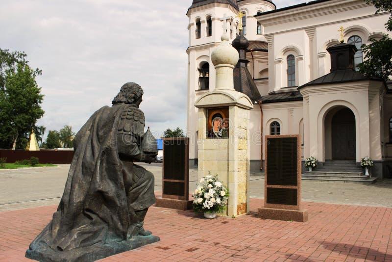 Figura do ajoelhamento da escultura do príncipe santamente Alexander Nevsky perto da igreja dos Igual-à--apóstolos santamente Con imagens de stock royalty free