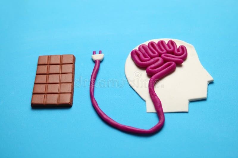 Figura do homem e barra do chocolate doce Energia do c?rebro da nutri??o para a mente foto de stock royalty free