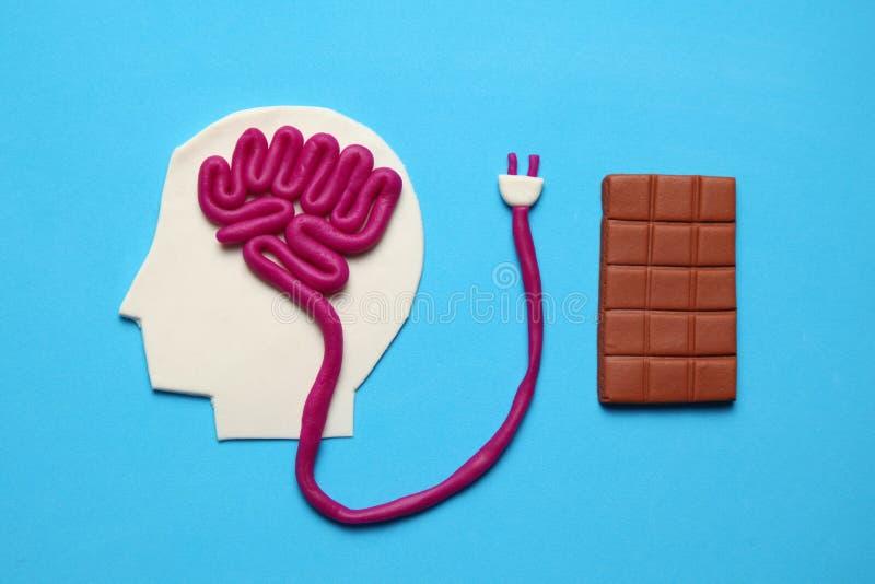 Figura do homem e barra do chocolate doce Energia do c?rebro da nutri??o para a mente imagens de stock royalty free