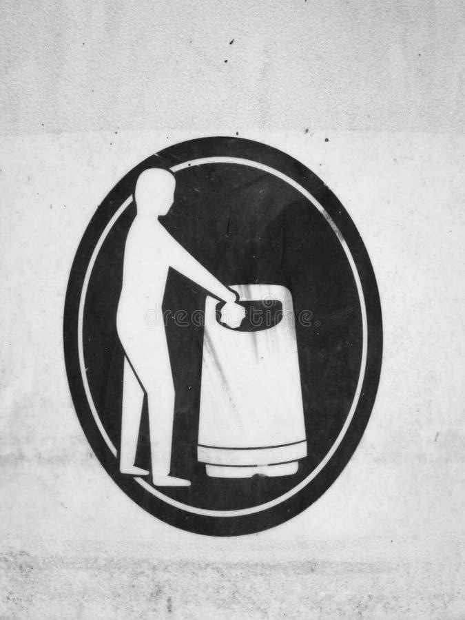 Figura do lixo de jogo da pessoa em um balde do lixo fotografia de stock royalty free