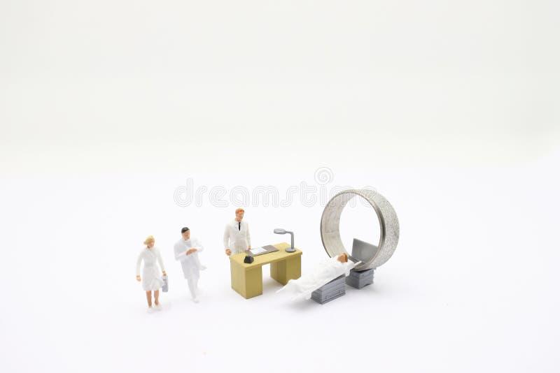 figura do themini com diagnóstico do CT ou do MRI na clínica imagem de stock