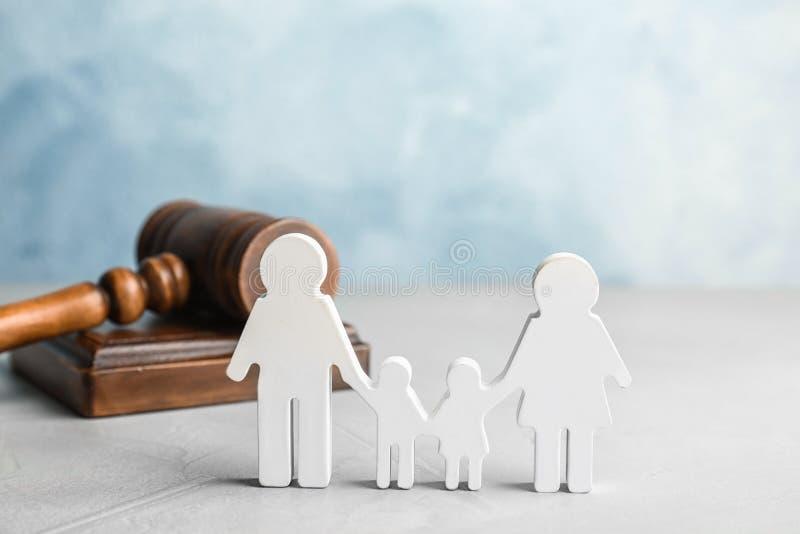 Figura e martelletto della famiglia sulla tavola fotografia stock libera da diritti