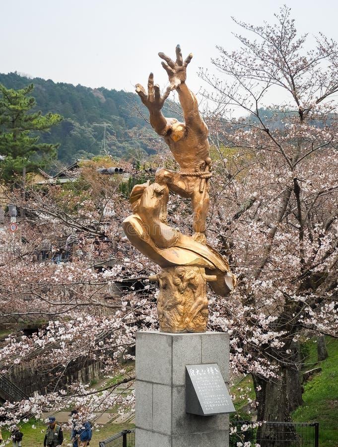 Figura escultura do ouro instalada na frente da estação de trem do declive do keage foto de stock royalty free