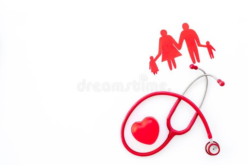 Figura, estetoscópio e coração da família para o diagnóstico e a cura da doença cardíaca no modelo branco da opinião superior do  foto de stock royalty free