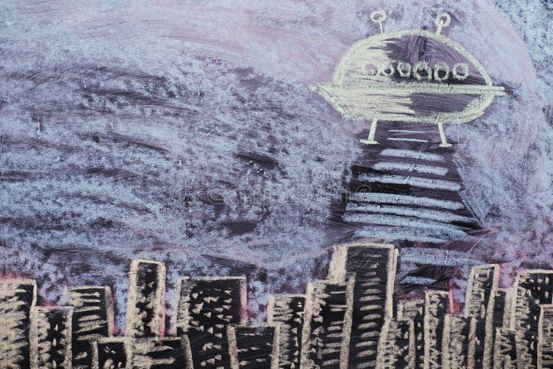 A figura estrangeiros sequestra povos contra a skyline da cidade imagens de stock royalty free