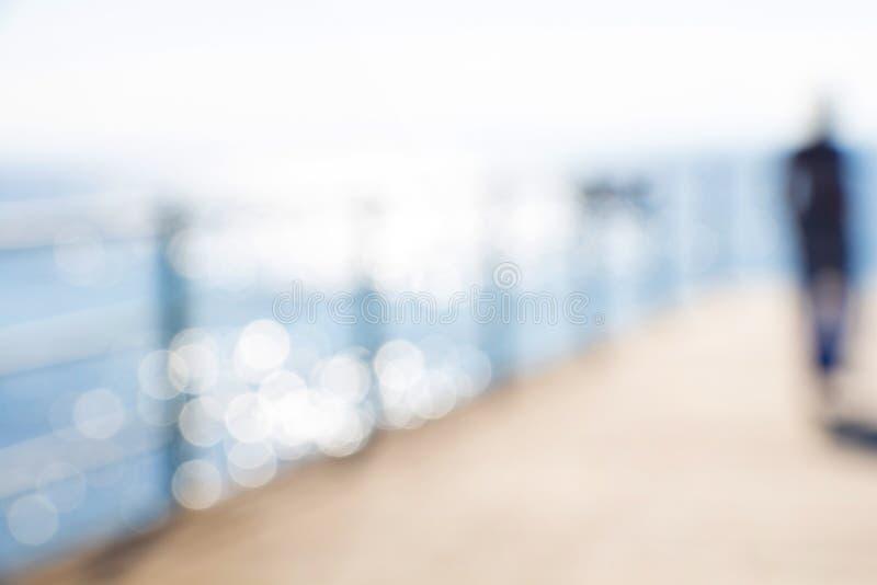 Figura femenina abstracta borrosa con el mar foto de archivo libre de regalías