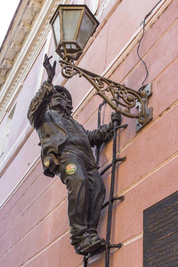 Figura forgiata di un uomo su una lanterna in Uzhgorod immagini stock libere da diritti