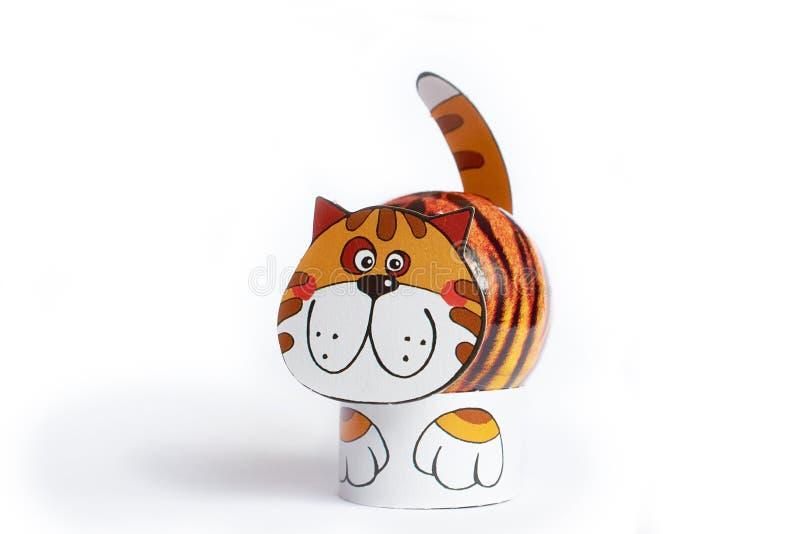 A figura gato da Páscoa ou da mola deu forma ao fundo branco isolado ovo fotos de stock